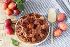 李子饼或蛋糕用桂香和糖 从报纸纽约时报的李子蛋糕 选择聚焦 图库摄影