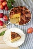 李子饼或蛋糕用桂香和糖 从报纸纽约时报的李子蛋糕 选择聚焦 库存图片