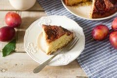 李子饼或蛋糕用桂香和糖 从报纸纽约时报的李子蛋糕 选择聚焦 免版税库存图片