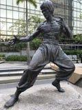 李小龙雕象在星香港庭院里  库存照片
