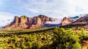 李山和Munds山在塞多纳附近镇在亚利桑那北部 图库摄影
