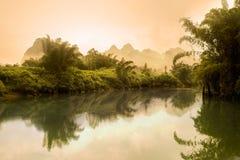 李河风景在有薄雾的早晨 库存照片