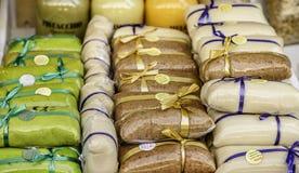 杏仁和开心果酱五颜六色的显示狡猾地被包装在一个地方农夫市场上在西西里岛 免版税库存照片