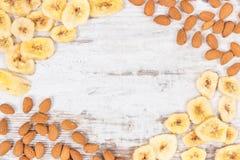 杏仁和香蕉框架切削当来源碳水化合物、维生素和纤维,滋补吃 库存照片