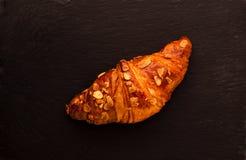 杏仁新月形面包 免版税库存图片