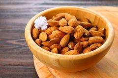 杏仁未加工的干燥坚果在一个木碗的在一张木桌上 库存照片