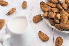 杏仁牛奶 免版税库存图片