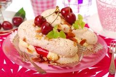 杏仁结块樱桃奶油蛋白甜饼 免版税图库摄影