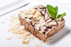 杏仁蛋糕 蛋糕用在板材的叶子薄菏 甜食物 点心甜点 背景许多饺子的食物非常肉 关闭 图库摄影