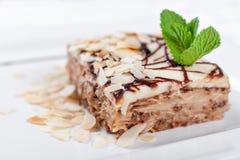 杏仁蛋糕 蛋糕用在板材的叶子薄菏 甜食物 点心甜点 背景许多饺子的食物非常肉 关闭 免版税库存图片