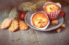 杏仁饼和柠檬迷你松饼与圣诞节冷杉的枝杈 库存图片
