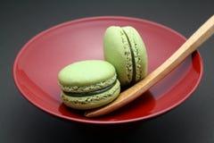 杏仁饼绿色macarons茶 免版税库存照片