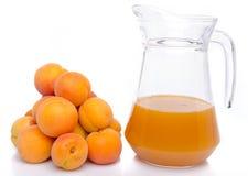 杏子和一个水罐堆杏子汁 库存图片