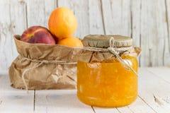 从杏子和桃子和一些成熟果子阻塞 健康e 库存照片