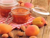杏子果酱用在一个清楚的玻璃瓶子的杏仁 库存图片