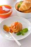 杏子果酱酥皮点心和茶用柠檬 库存照片