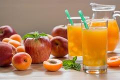 杏子桃子与冰的苹果汁 免版税库存图片
