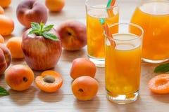 杏子桃子与冰的苹果汁 免版税库存照片