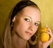 杏子白肤金发的女孩 库存照片