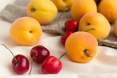杏子,在粗麻布大袋的樱桃 免版税库存照片