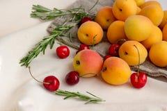 杏子,在粗麻布大袋的樱桃 库存照片