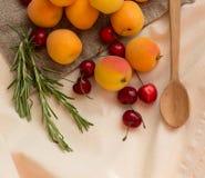 杏子,在粗麻布大袋的樱桃 图库摄影