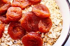 杏干和燕麦粥在碗 顶视图 特写镜头 免版税库存图片
