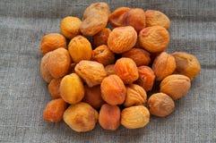 杏干堆在黑森州的亚麻制织品的 库存图片