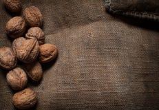 杏仁、核桃和榛子在木桌上 螺母的分类 免版税图库摄影