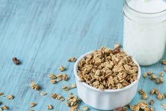 杏仁与牛奶关闭玻璃的早餐谷物格兰诺拉麦片  免版税库存照片