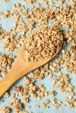 杏仁在木匙子的早餐谷物格兰诺拉麦片从上面 免版税图库摄影