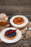 杏仁妓女和核桃果子馅饼用乳蛋糕和莓果求爱 免版税库存图片