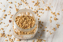 杏仁格兰诺拉麦片在玻璃瓶子的早餐谷物从上面 免版税库存照片