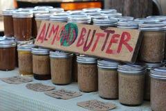 杏仁黄油在地方农夫市场上 库存图片