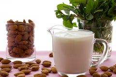 杏仁牛奶用在桌上的杏仁,乳糖释放 免版税库存图片