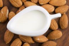 杏仁牛奶用杏仁 免版税库存图片