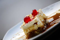 杏仁蛋糕点心用糖浆和樱桃 库存照片