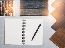 材料,木头,颜色样品,在桌上 室内设计se 免版税库存照片
