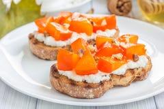 村庄乳酪柿子crostini用蜂蜜和核桃 库存图片