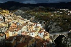 村庄作为小儿床:穆罗卢卡诺,一个老镇在意大利南部 库存图片