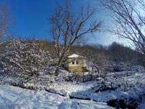 村庄冬天多雪的早晨 库存图片