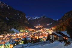 村庄冬天风景山的 库存图片