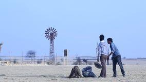 村庄可怜的人民在沙漠 股票视频