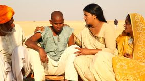 村庄可怜的人民在沙漠 影视素材