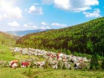 村庄向峡谷,用绿色木头盖的山 免版税库存照片