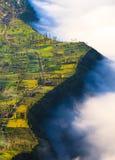 村庄和峭壁在Bromo火山在腾格尔塞梅鲁火山, Java, Indo 库存照片
