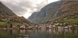 村庄和海在Geiranger海湾,挪威 图库摄影