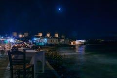 村庄和海滩,米科诺斯岛的夜场面 图库摄影