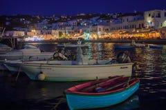 村庄和海滩,米科诺斯岛的夜场面 免版税库存照片