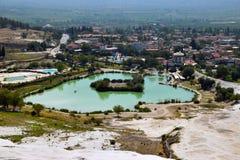 村庄和白色矿床的背景的矿物湖 库存图片